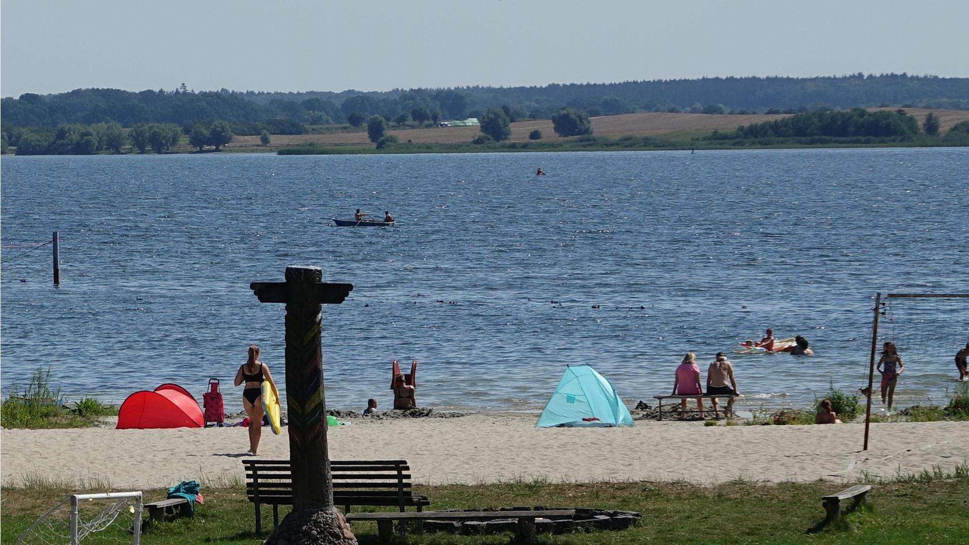 Blick auf Flesensee mit Besuchern